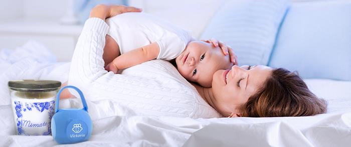 madre con bebé y regalos